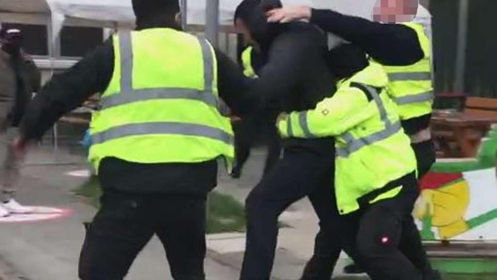 Vier Menschen während einer körperlichen Auseinandersetzung.