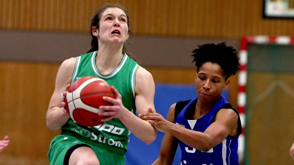 "Fantastische Leistung: Göttingens Spielmacherin Jennifer Crowder (links), hier gegen Halles Deeshyra Thomas, gelang ein seltenes ""Triple-Double""."