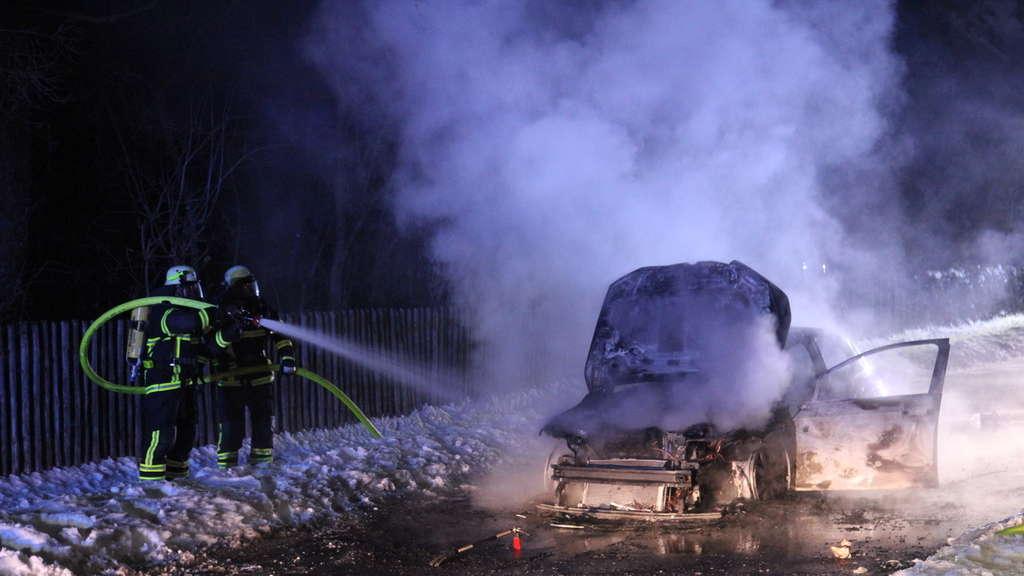 Das Wrack eines Hybridfahrzeugs in Felsberg-Hilgershausen (Hessen). Die Feuerwehr musste nach einer Explosion und einem anschließenden Brand zur Löschung anrücken.
